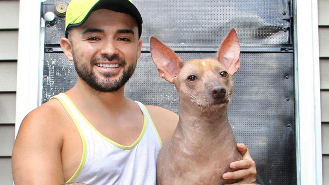 """Jorge Alborta con su mascota """"lola"""", en la puerta de su casa en Estados Unidos. JORGE ALBORTA"""