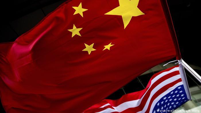 China Peking   Chinesische und US-amerikanische Fahnen nebeneinander (picture-alliance/dpa/A. Wong)