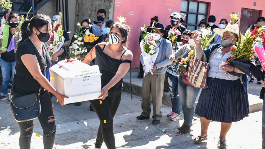 Familiares, amigos y vecinos despiden a Betsabé Mara Alacia Zelada. FOTO- Dico Solís