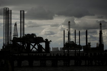 Plataformas de petróleo en Sabine Pass, Texas (Luke Sharrett/Bloomberg)