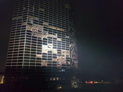 Múltiples ventanas rotas en un edificio de Lake Charles (Stephen Jones via AP)
