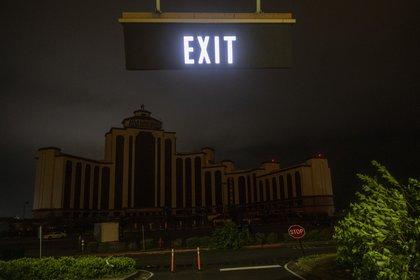 Un hotel a oscuras por los cortes de luz en Lake Charles (AFP)