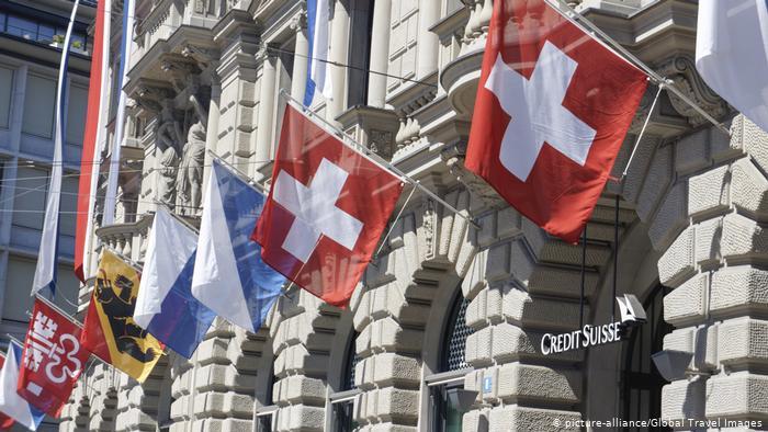 Schweiz Paradeplatz Zürich Flaggen (picture-alliance/Global Travel Images)