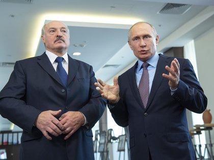 Alexander Lukashenko y Vladimir Putin, aliados políticos e inseparables. El presidente ruso dijo que ayudaría a permanecer en el poder al dictador bielorruso (Europa Press)
