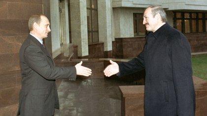 Viejos camaradas. Vladimir Putin y Alexander Lukashenko en una fotografía tomada en Moscú, en noviembre de 2002 (Shutterstock)