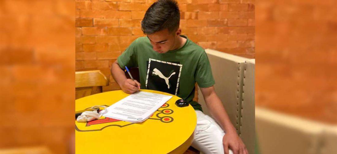 Robson Matheus de Araujo firmando su contrato profesional con Palmeiras. Foto: Facebook