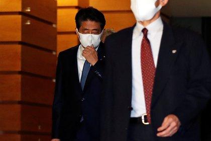 El primer ministro japonés Shinzo Abe abandona su residencia oficial tras anunciar su dimisión en Tokio, Japón, el 28 de agosto de 2020 (REUTERS/Issei Kato)