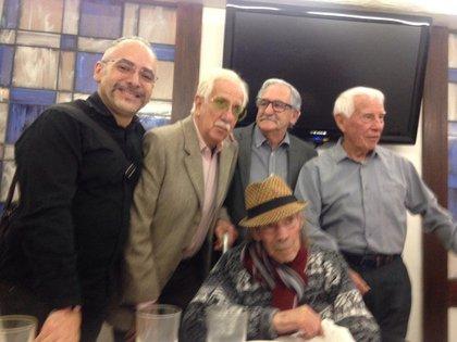 """Se rodeó de sus amigos, su hermano Antonio """"El Ratón"""" Valdés, su hijo Marcos Valdés y su nieto Iván Valdés. Foto: Especial."""