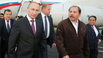 Vladimir Putin junto a Daniel Ortega (AFP/Archivo)