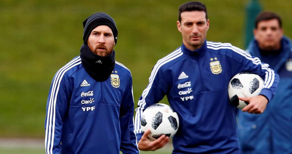 El DT Scaloni junto a Messi, la estrella argentina