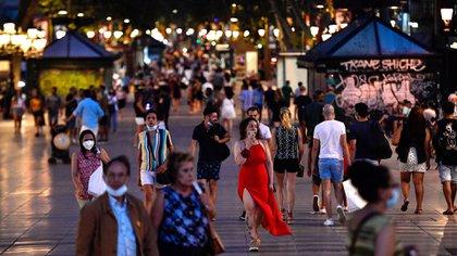 Personas en Las Ramblas de Barcelona en una foto tomada el 25 de junio. (Pau BARRENA / AFP)