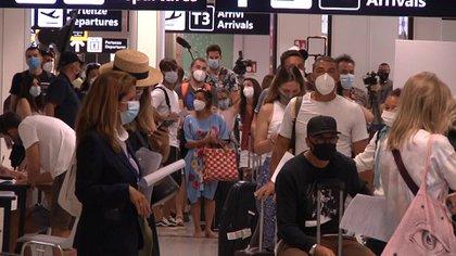 Pasajeros hacen fila para someterse a pruebas de coronavirus en el aeropuerto Fiumicino de Roma (Aeroporti di Roma via REUTERS)