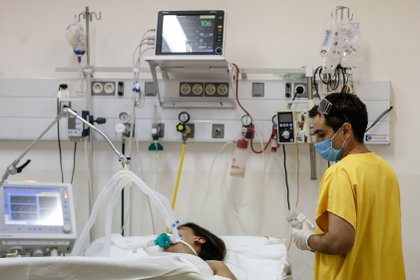 Un enfermero trabaja en la Unidad de Terapia Intensiva del Hospital de Agudos de Ezeiza, en la Provincia de Buenos Aires