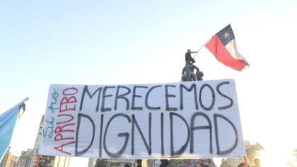 Una de las exigencias de las enormes concentraciones de protestas que sacudieron a Chile a fines del año pasado fue la adopción de una nueva Constitución que reemplace a la impuesta por la dictadura del general Pinochet.