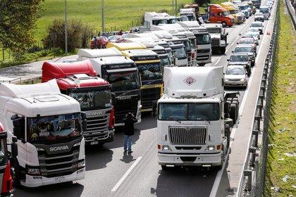 Huelga de camioneros en la autopista central de Chile. Reclaman una mayor seguridad para circular por la región de la Araucanía, en el sur del país, donde son atacados por grupos mapuches. REUTERS/Rodrigo Garrido