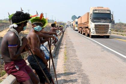Los indígenas Kayapo en la apertura de la carretera BR-163, durante una protesta contra el gobierno de Bolsonaro en tierras indígenas. REUTERS/Lucas Landau/File Photo