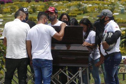 Familiares y amigos del joven Yoimar Muñoz, quien fue asesinado en una masacre en la provincia del Cauca (EFE)