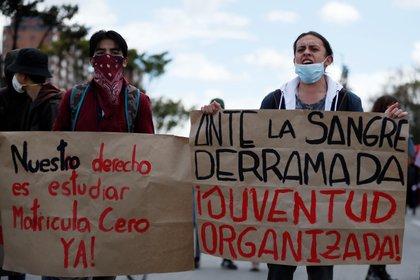 Estudiantes de la Universidad Nacional de Colombia marchan este viernes con carteles contra las masacres en Bogotá (Colombia). EFE/Carlos Ortega