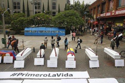 Ataúdes colocados en la calle como símbolo de rechazo a las recientes masacres en Medelín (EFE)