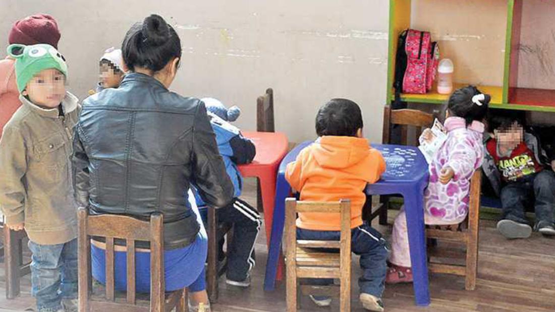 Una parvularia junto a un grupo de niños de un jardín. CRÉDITO- Archivo OPINIÓN