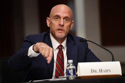 El comisionado de la FDA, Stephen Hahn, encargado de dar la luz verde a las candidatas a vacuna (Reuters)