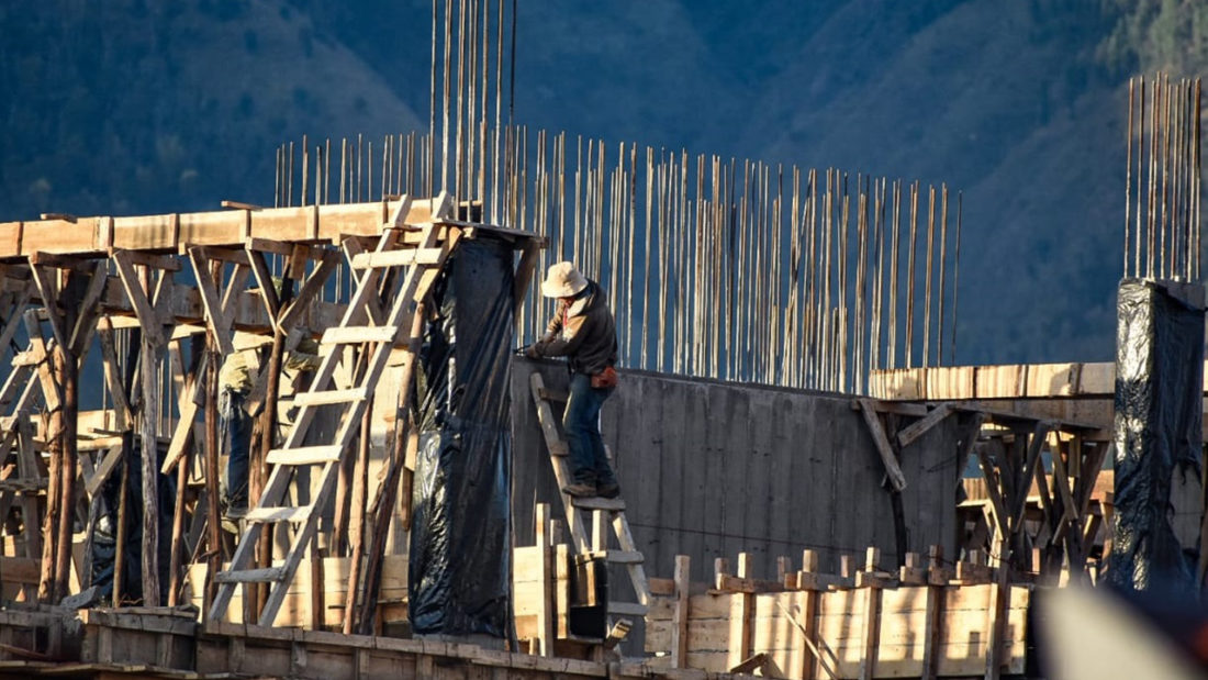 Trabajadores en una obra de construcción en Cochabamba. DICO SOLÍS