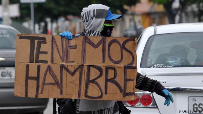 Tenemos hambre, reza un cartel sostenido por un hombre en Guayaquil.