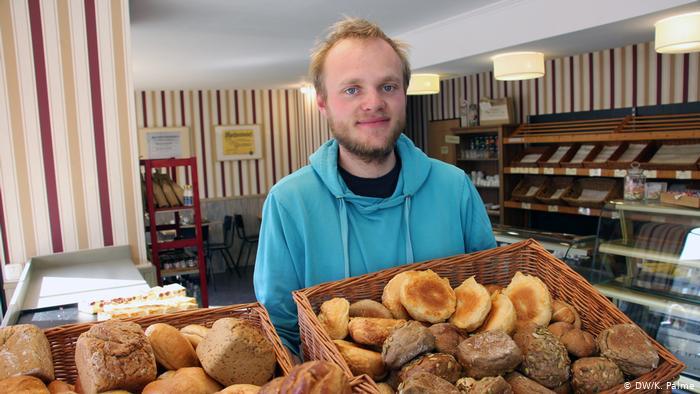 Jonas Korn rescata comida antes de que acabe en el cubo de la basura en Leipzig.