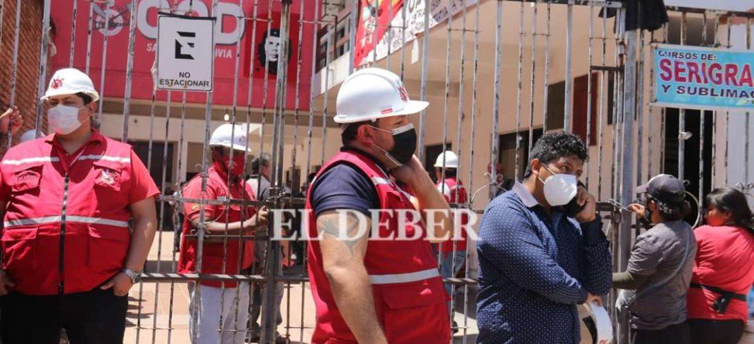 Dirigentes sindicales y la Policía resguardan la COD /Foto: Juan Carlos Torrejón