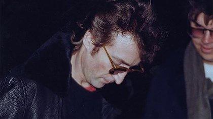 John Lennon firmándole el autógrafo a su asesino.