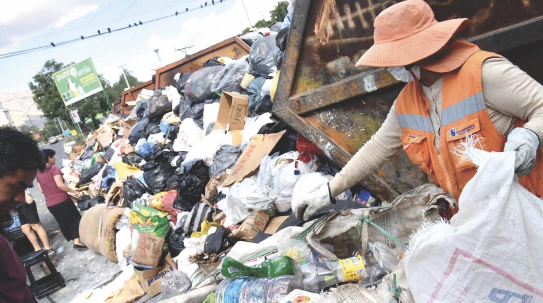 Trabajadora de EMSA recoge basura en la avenida Humboldt. | Ayar Wari