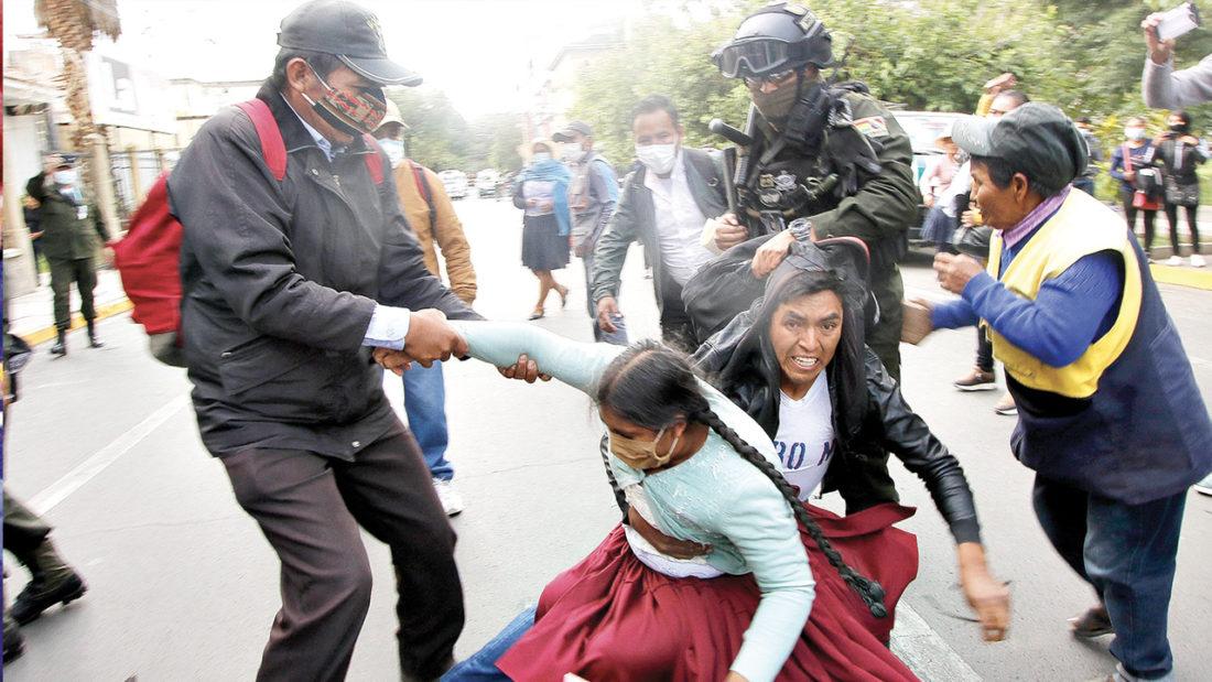 Padres de familia en las protestas de este lunes en la ciudad de Cochabamba. APG