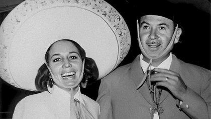 Flor Silvestre y Antonio Aguilar se vieron por primera vez en la XEW en 1950 (Foto: Twitter@@SalmaMendoza_12)