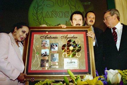 """En 2000 se llevó a cabo un homenaje al """"charro de México"""" en Zacatecas, donde su esposa lució muy sonriente (Foto: Cuartoscuro)"""