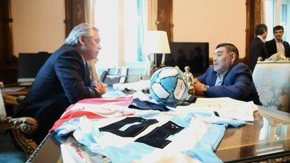 Cuando fue recibido por Alberto Fernández en la Casa Rosada, a quien le entregó un proyecto solidario para llevar el popular deporte a los barrios más carenciados. (Presidencia)