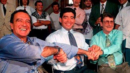 Maradona en 1994 acompañado por el empresario Eduardo Eurnekian y Juan De Stefano, presidente de la Racing hasta 1995