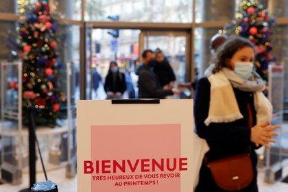 Personas con máscaras protectoras visitan los grandes almacenes Le Printemps Haussmann mientras las tiendas vuelven a abrir sus puertas después de semanas de cierre para combatir el resurgimiento del brote de la enfermedad coronavirus (COVID-19), en París, Francia, el 28 de noviembre de 2020. REUTERS/Christian Hartmann