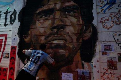 Un fanático besa el mural de Diego en el estadio de Argentinos (Franco Fafasuli)