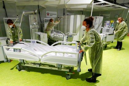Personal médico en el Centro de Tratamiento Corona Jaffestrasse en Berlin (REUTERS/Fabrizio Bensch)