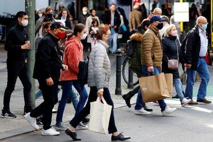 Personas haciendo compras en la calle Schloss Strasse de Berlin (REUTERS/Fabrizio Bensch)