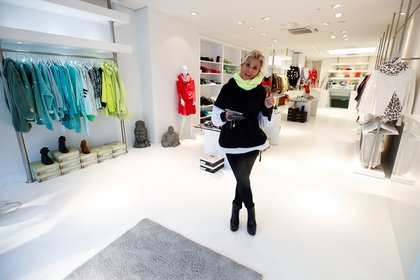 Arlette Kaballo, una diseñadora de moda, en una de sus tiendas ene Colonia (REUTERS/Wolfgang Rattay/archivo)