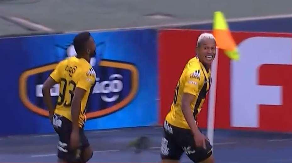 Reynoso celebra su gol