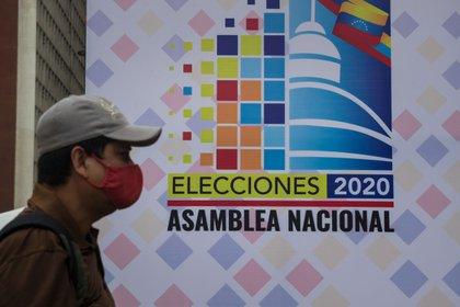 Un hombre pasa afuera de una de las sedes del Consejo Nacional Electoral (CNE), el 6 de noviembre de 2020 en Caracas (Venezuela). EFE/MIGUEL GUTIERREZ