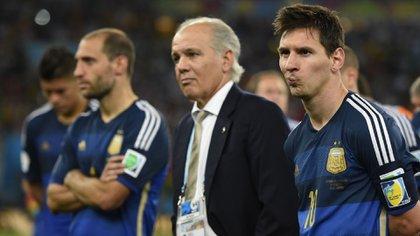 Alejandro Sabella decidió darle la capitanía de la selección argentina a Lionel Messi (AFP)