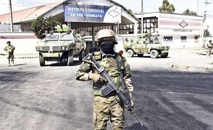 El Gobierno transitorio denunció el intento de tomar violentamente la planta en El Alto. Los militares custodian las instalaciones estratégicas. Foto: AFP