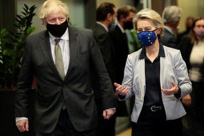 Ursula von der Leyen recibiendo a Boris Johnson en Bruselas, Bélgica. Olivier Hoslet/Pool via REUTERS