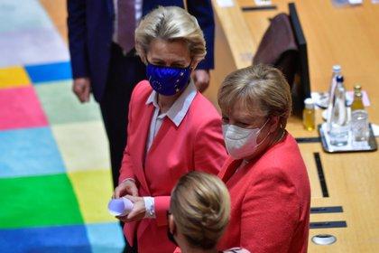 La canciller alemana Angela Merkel junto a la presidenta de la Comisión Europea Ursula von der Leyen. John Thys/Pool via REUTERS