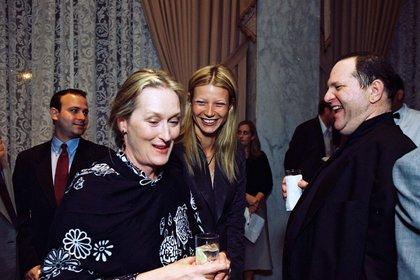 Meryl Streep, Gwyneth Paltrow y Harvey Weinstein es una fiesta de Miramax tras los premios Oscar (Shutterstock)
