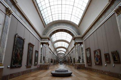 Los pasillos del museo del Louvre, vacíos en el marco de las restricciones impuestas por el gobierno francés durante la segunda ola del coronavirus en el país. Foto: REUTERS/Benoit Tessier