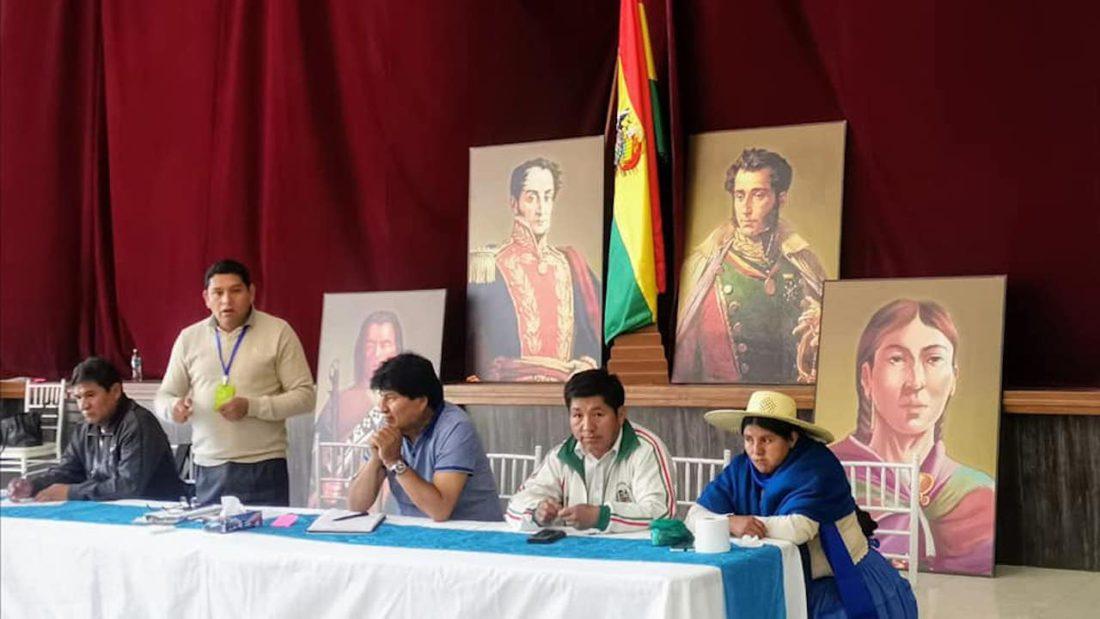 El presidente del Movimiento Al Socialismo (MAS), Evo Morales, junto a dirigentes regionales, legisladores y representantes de organizaciones sociales. Cortesía